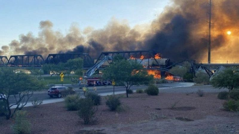 Tren se descarrila en Arizona y provoca incendio en puente VIDEO