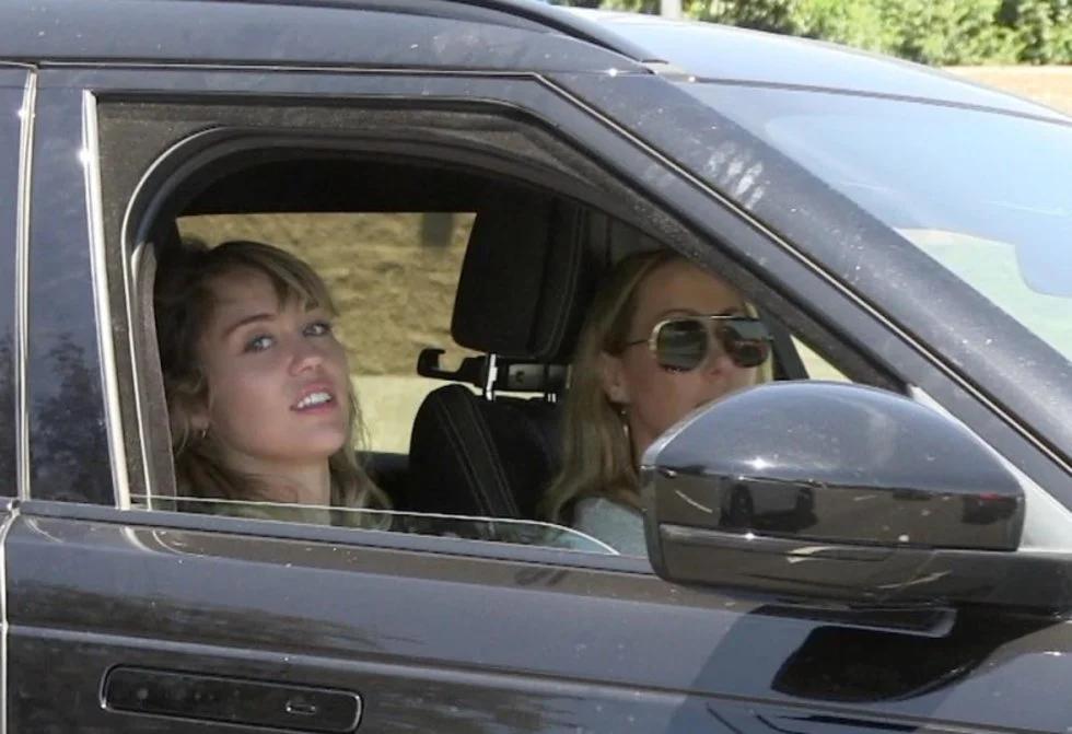 Kaitlynn Carter pasea con la mamá de Miley Cyrus